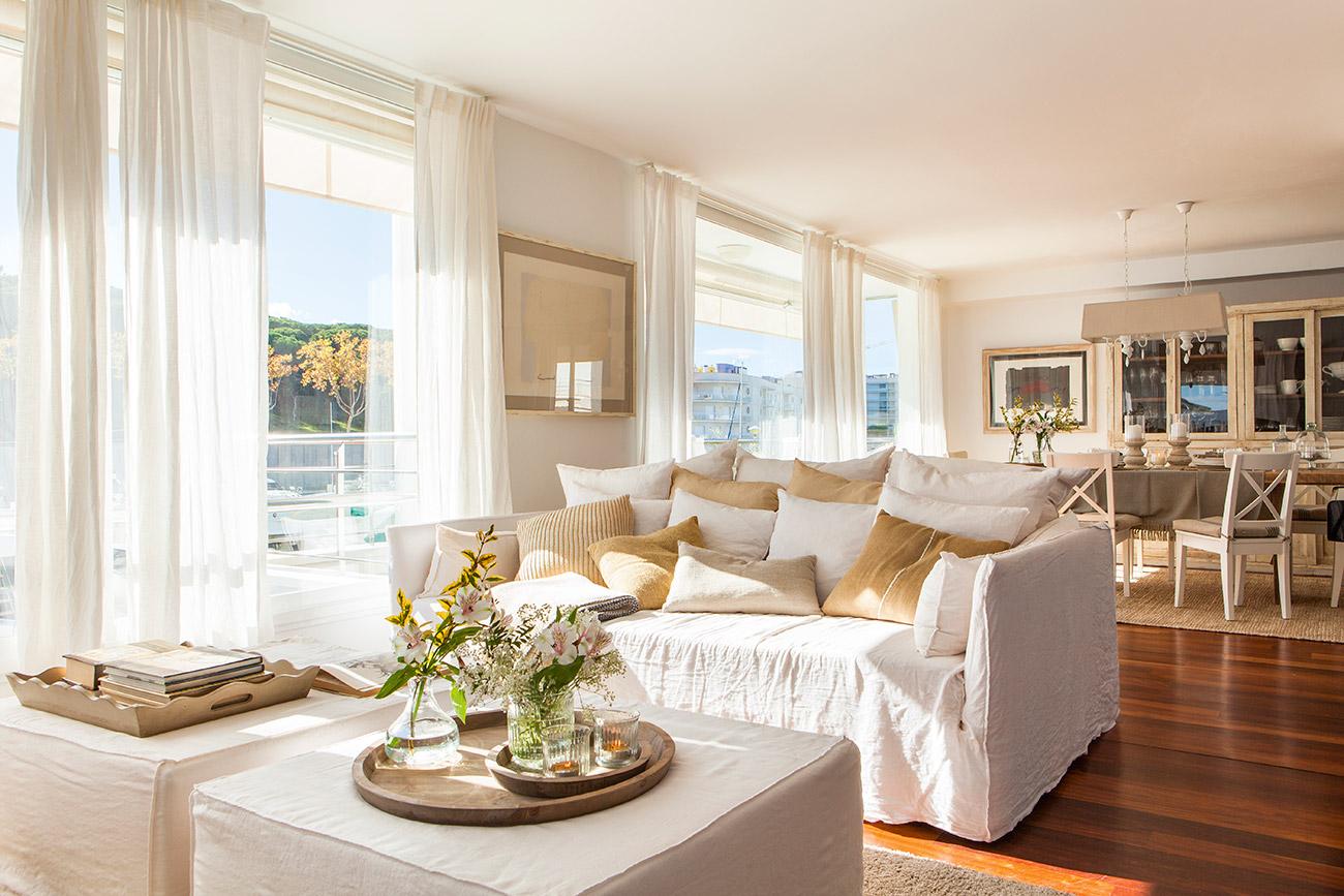 Una casa decorada en blanco y beige