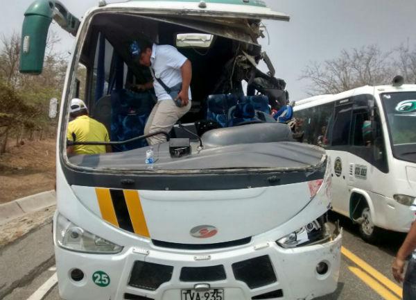 10 hinchas de Ecuador heridos en accidente de trnsito en la va CartagenaBarranquilla
