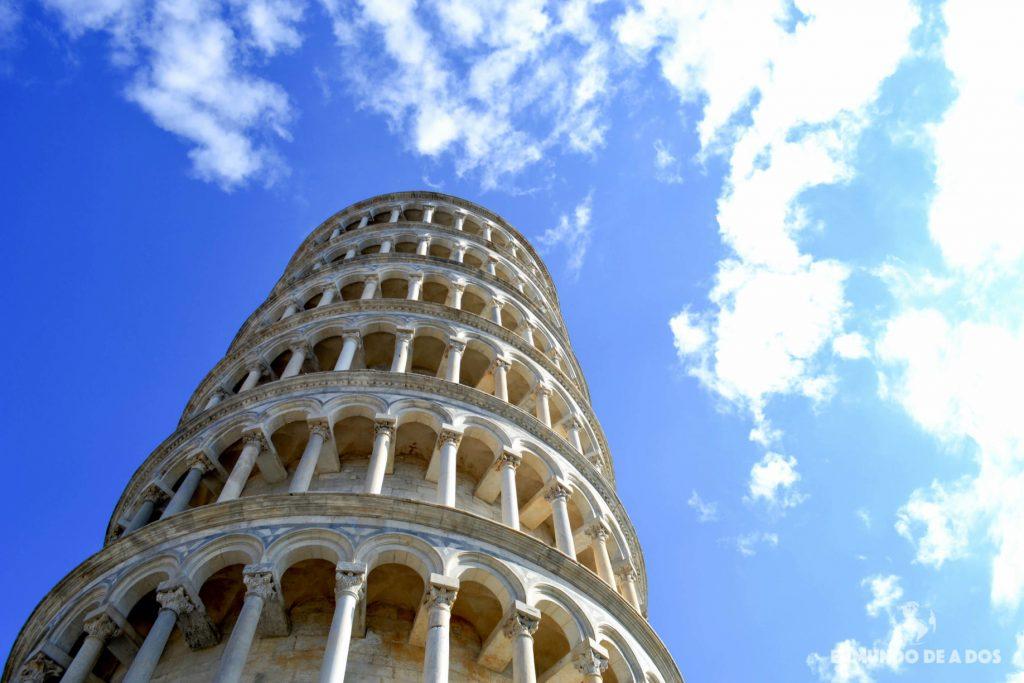 Torre de Pisa desde abajo. Plaza de los Milagros