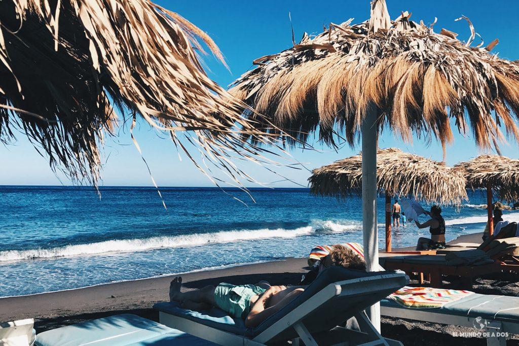 Descansando en Playa Perissa. Que ver en Santorini en 3 días