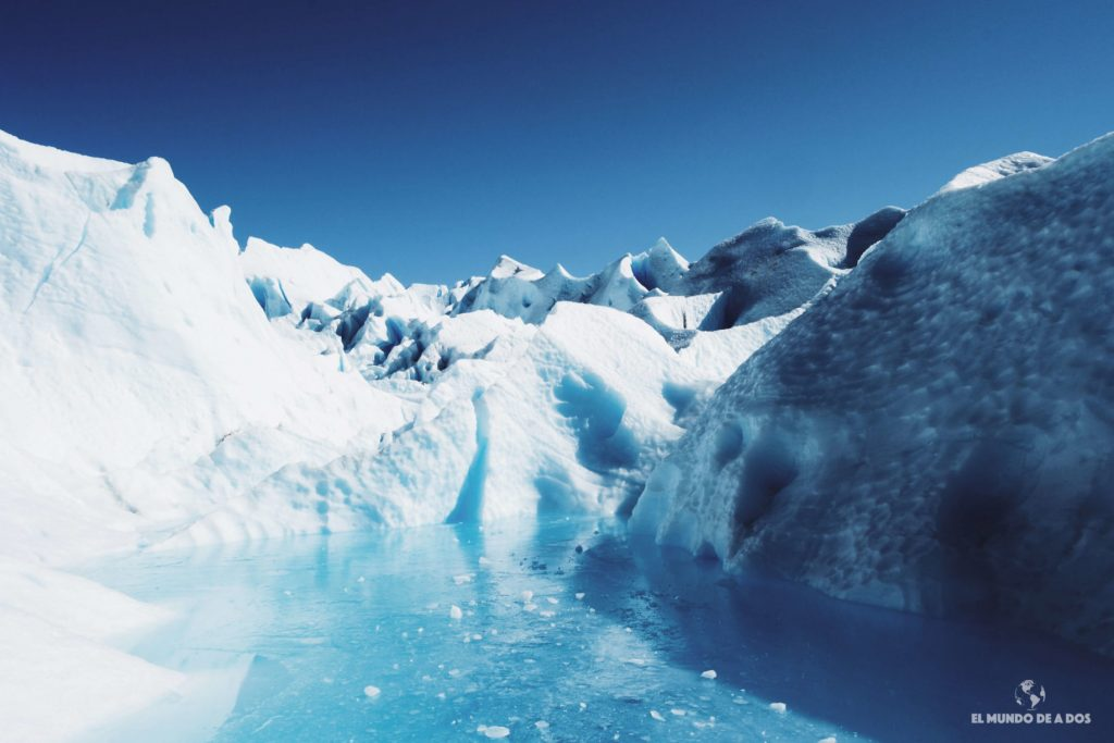 Lago congelado en el glaciar. Minitrekking Perito Moreno