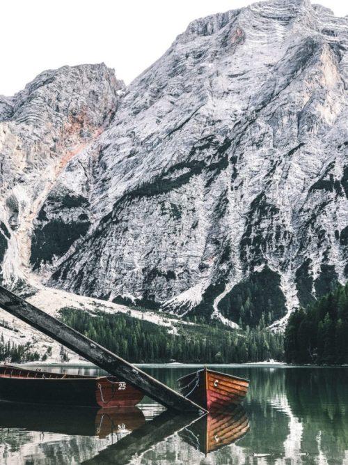 Bote amarrado en el Lago di Braies