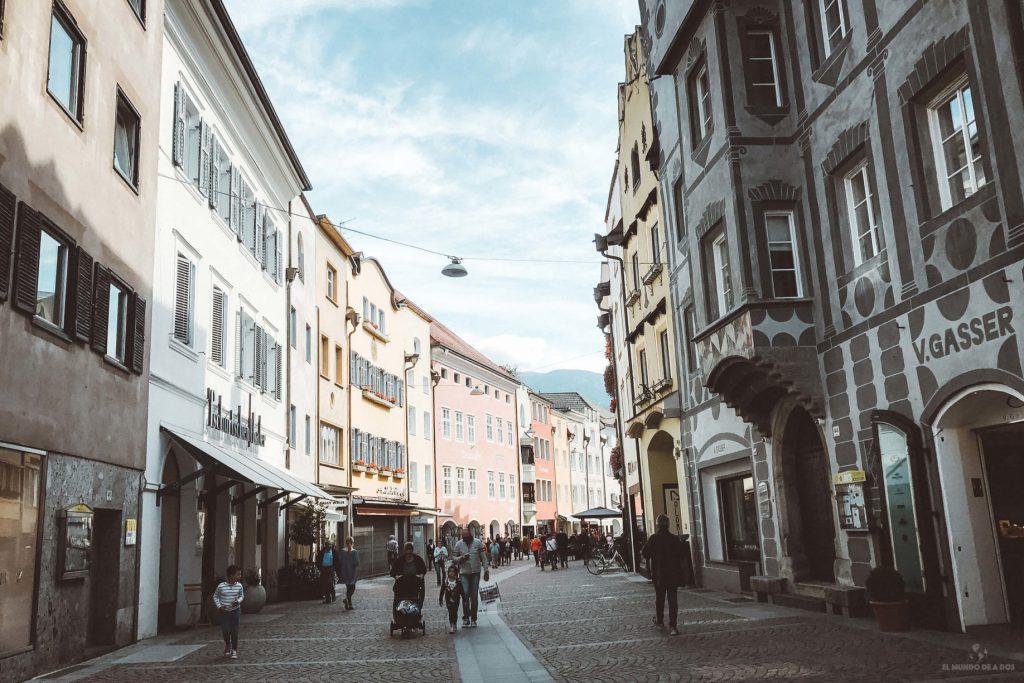La ciudad de Brunico. Viaje a los Dolomitas en verano.