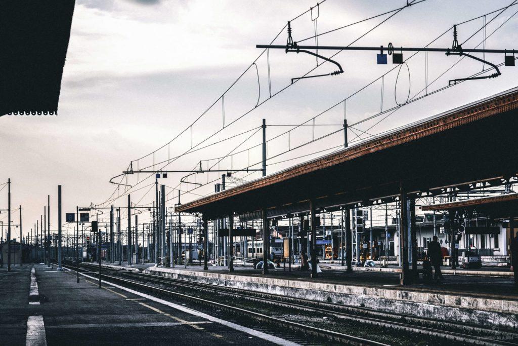 Estación de tren regional. Viajar en tren por Europa