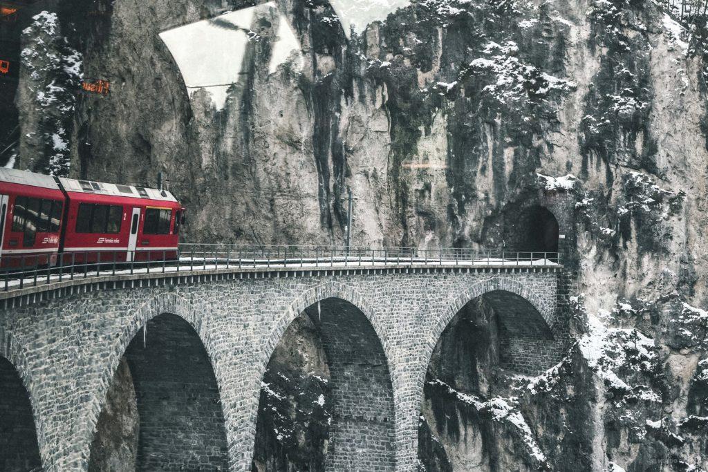 El viaducto de Suiza. Viajar en tren por Europa.