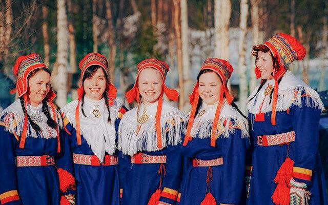 Chicas Sami en vestido típico. Que ver en Laponia