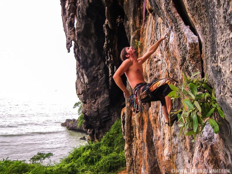Razones para viajar a Tailandia - Escalando en Ton Sai