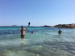 Jugando a padel en la Cala Capriccioli