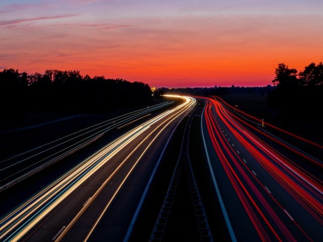 autopista de nit - unsplash