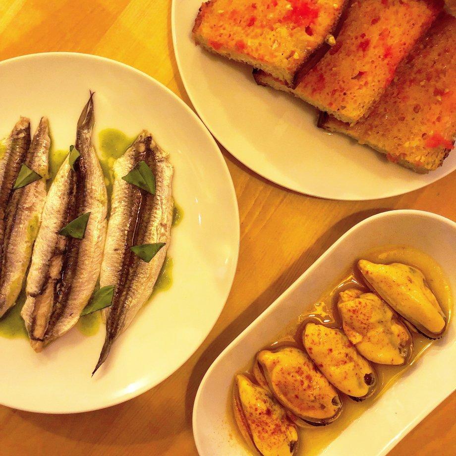Seitons, musclos i pa amb tomàquet