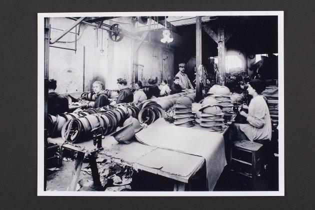 Fàbrica de cascos. Dones en una fàbrica produint cascos per als combatents. Col•lecció Josep Castellà © de la fotografia: Raquel Castellà