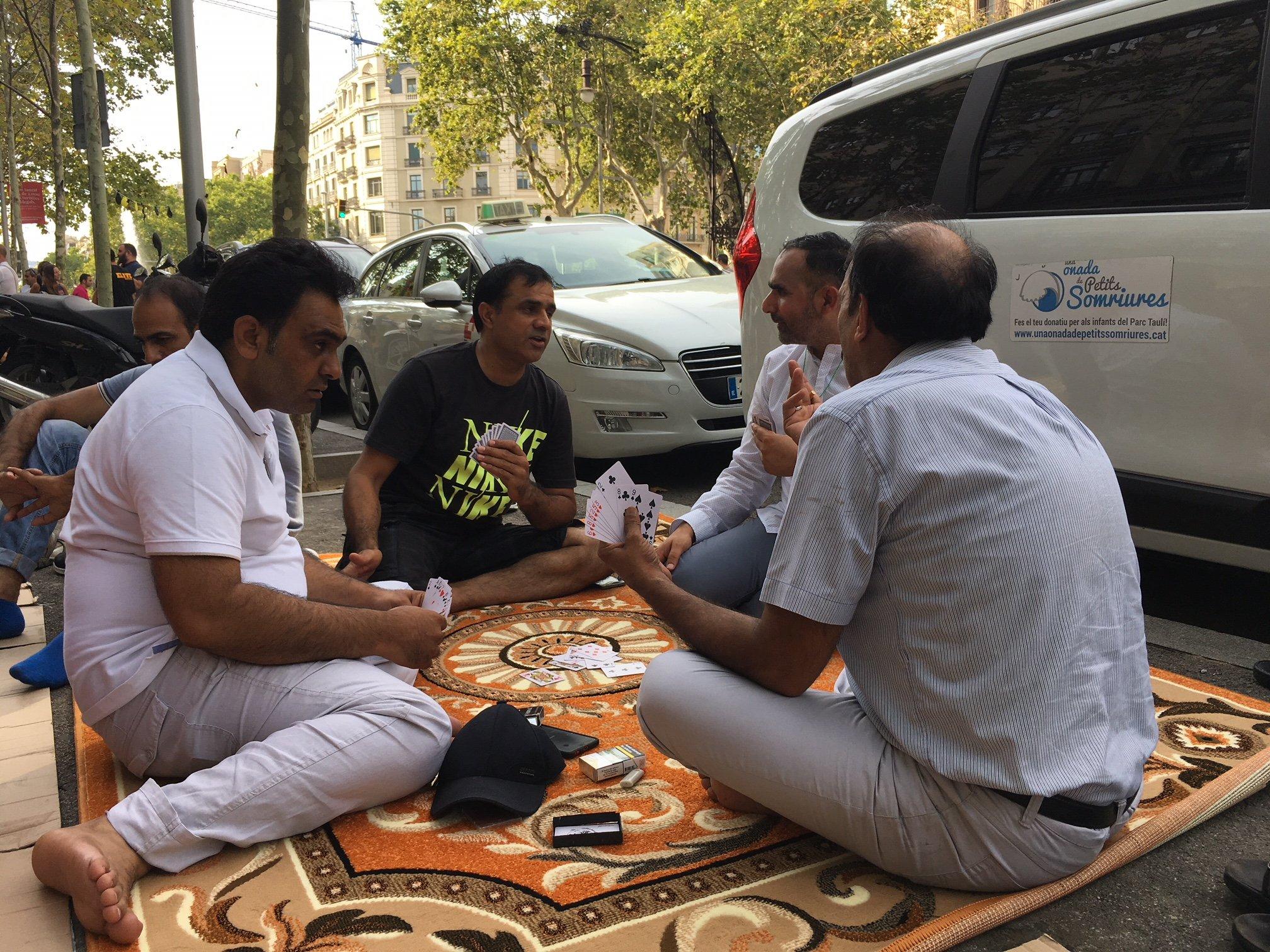 taxistes Barcelona juguen a cartes. Gisela Rodríguez