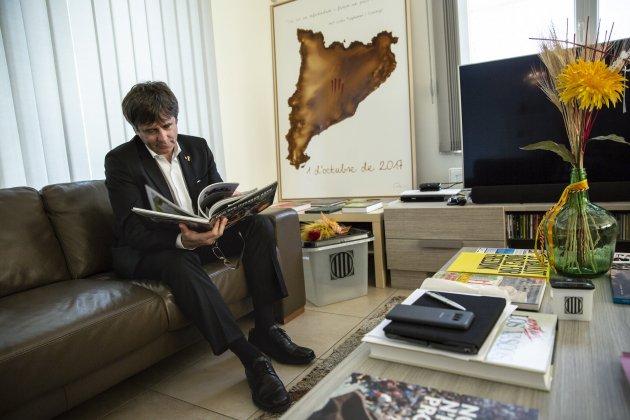 Carles Puigdemont a la Casa de la Republica a Waterloo urna llibre borras - Sergi Alcàzar