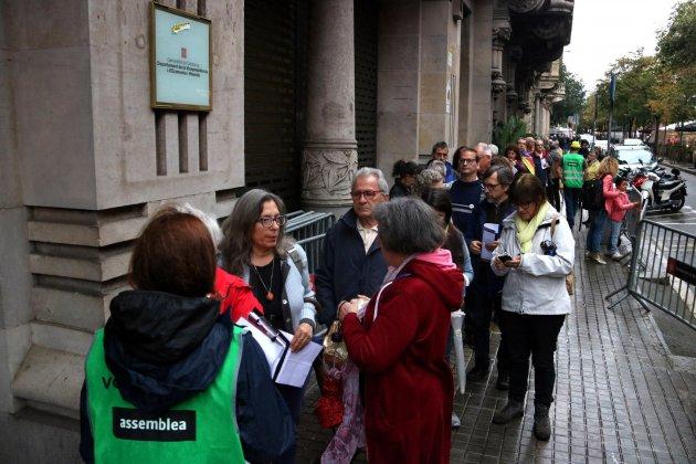 Ciutadans esperen per registrar la declaració d'independència ANC ACN