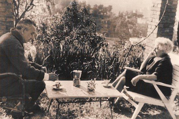 Joan Sales i Mercè Rodoreda, al jardí de casa del primer/Arxiu Joan Sales