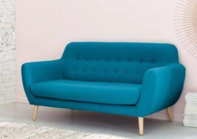 Sofá de estilo escandinavo en color azul para salón pequeño