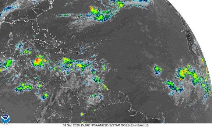 Imagen del satélite infrarrojo que muestra las tres ondas tropicales con potencial ciclónico al este de África en la mañana de este jueves, 3 de septiembre de 2020.