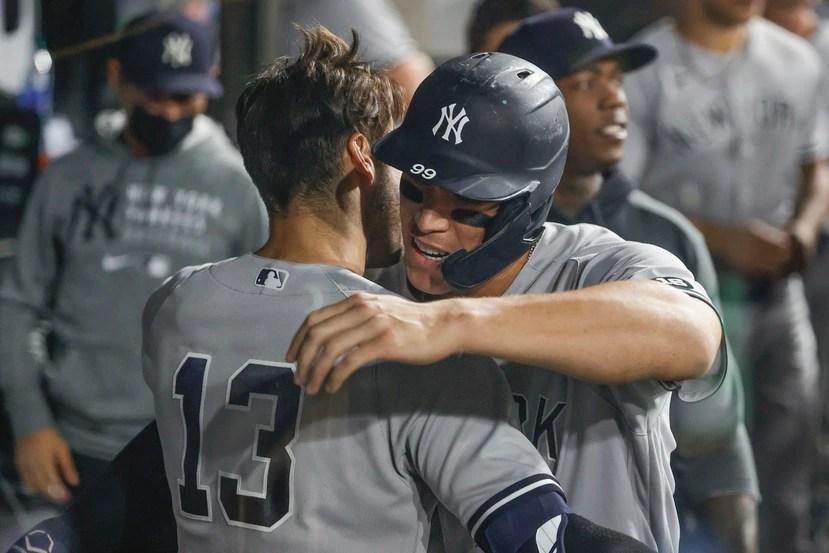 Joey Gallo, (13), de los Yankees de Nueva York, recibe el abrazo de su compañero Aaron Judge, luego de conectar un jonrón de dos carreras en el encuentro ante los White Sox de Chicago.