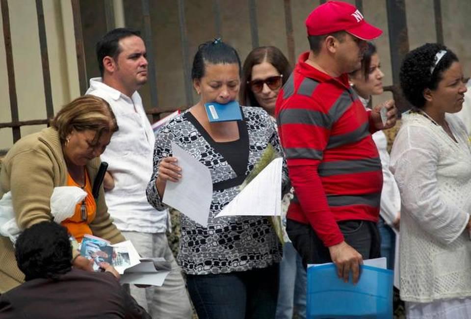 Varias personas hace fila en la Sección de Intereses de Estados Unidos en La Habana, el pasado 8 de enero. Durante este año fiscal y hasta el 10 de septiembre, 16,933 cubanos entraron sin visa a Estados Unidos, 4,642 más que el año pasado, según cifras obtenidas por el Nuevo Herald.