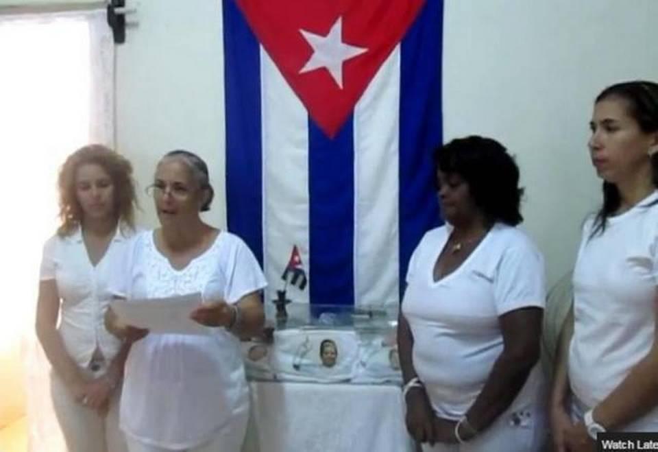 Miembros de las Damas de Blanco leen la carta en donde llaman a elecciones y piden la formación de un Consejo de Dirección, en un video publicado el 25 de febrero de 2015, desde Cuba.