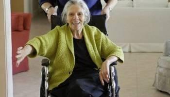 Toro junto a su madre (en silla de ruedas), en su casa de Miami, el 3 de junio.