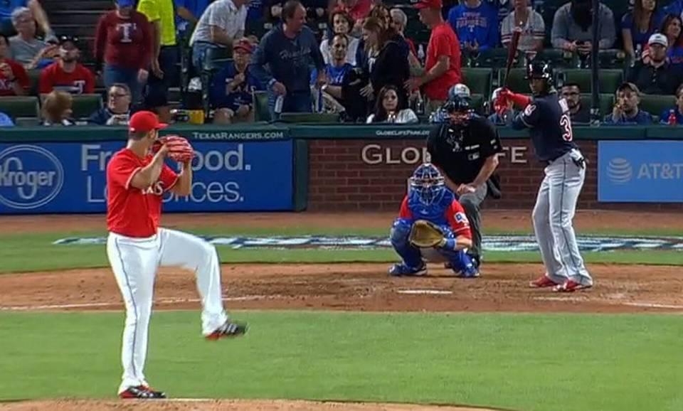 Yandy Díaz batea ante Yu Darvish en el séptimo inning en el partido entre los Indios y los Rangers, el 3 de abril del 2017 en Arlington, Texas. El cubano disparó su primer hit en las Mayores ante el lanzador japonés.