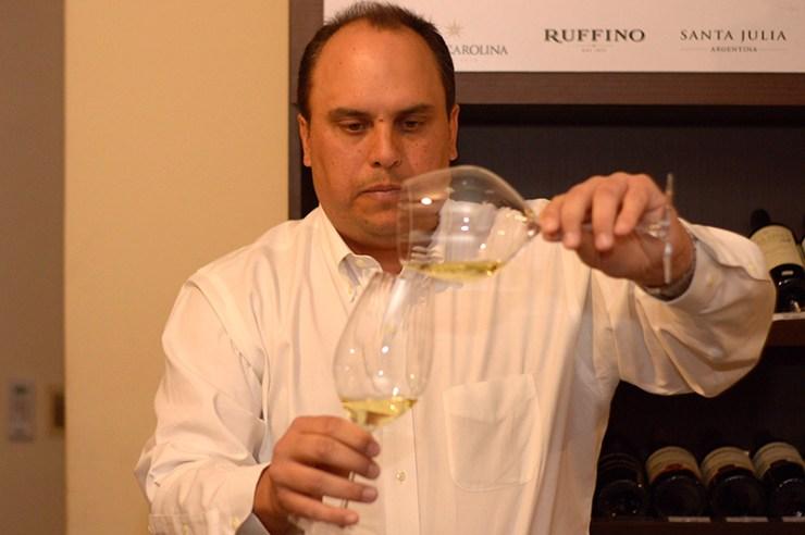Christian Valdejulli, representante de Riedel para America Latina y el Caribe probando como la forma de las copas cambia la forma de disfrutar el vino.