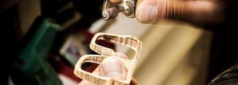 Una empresa malagueña lanza gafas de madera artesanales