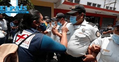 Manifestantes agreden a agentes de la PNC