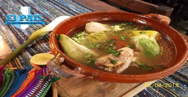 receta de caldo de gallina guatemalteco, un suculento caldo servido en una escudilla