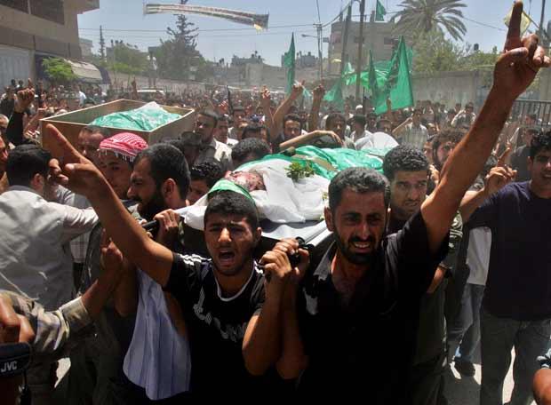 Cientos de palestinos, en el entierro de los militares en Gaza