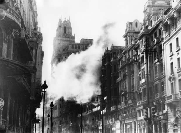 Una bomba cae al lado del edificio de la Telefónica, en la Gran Vía