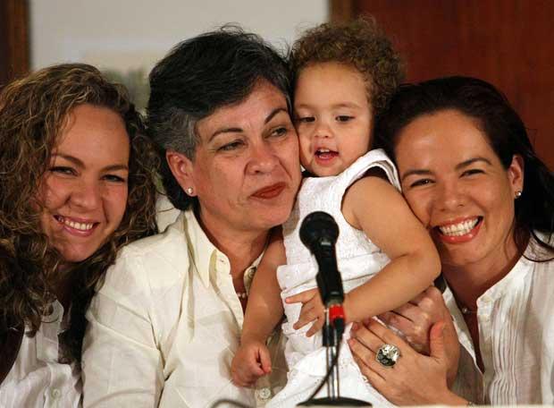 Consuelo González de Perdomo, con su familia
