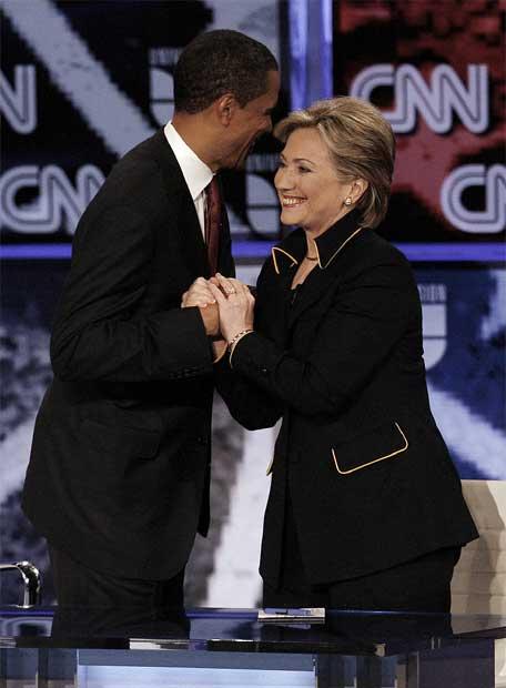 Barack Obama y Hillary Clinton se saludan tras el debate