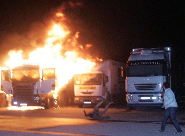Un camionero salta de su veh�culo en llamas - Sorprendido por las llamas
