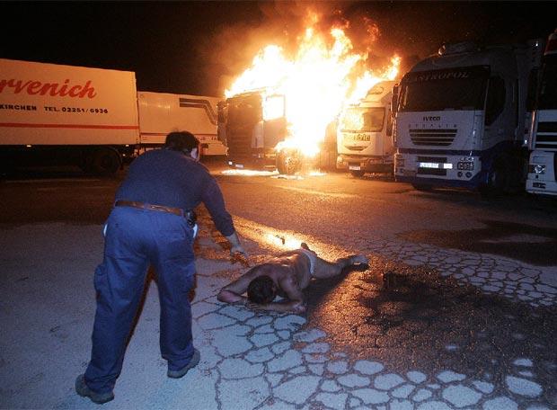 Un camionero salta de su veh�culo en llamas - Momentos de angustia