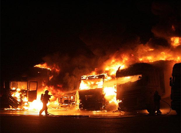 Un camionero salta de su veh�culo en llamas - Rápida actuación de los bomberos