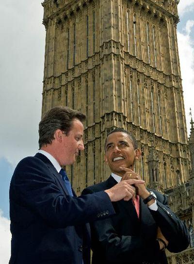 Barack Obama charla con David Cameron