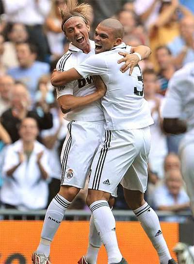 Guti celebra el gol 5.000 del Real Madrid en liga