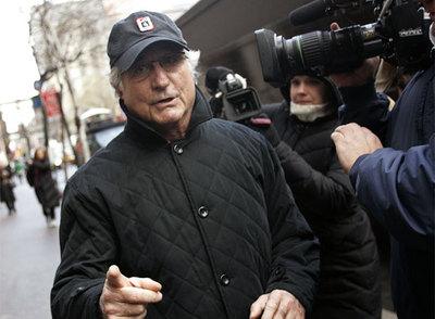Madoff camina hacia su apartamento de Nueva York