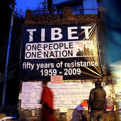 Un cartel de apoyo al pueblo tibetano en la ciudad india de Dharamsala. El cartel reza: Un pueblo, una nación, 50 años de resistencia- EFE
