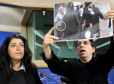 Molsen Makbalmaf, acompañado por Marjane Satrapi