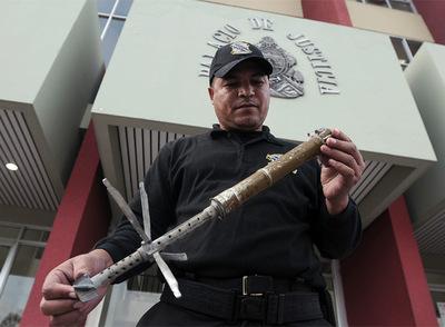Un policía muestra el artefacto que estalló en Tegucigalpa
