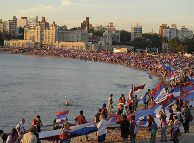 Los partidarios del candidato José Mujica, se manifiestan en una playa de Montevideo