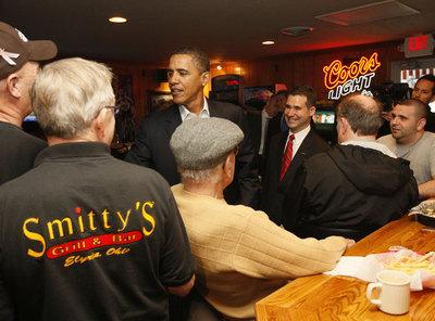 Barack Obama charla con algunos clientes de un restaurante