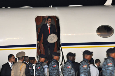 Zelaya sale del avión a su llegada a la base aérea de San Isidro