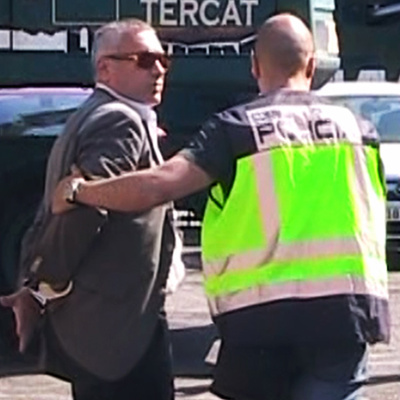 Un policía lleva del brazo al empresario José Mestre