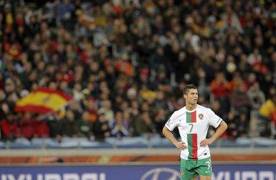 Cristiano Ronaldo vestidet amb la samarreta alternativa de Portugal, ja que a Portugal també van de vermell