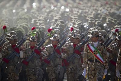 https://i0.wp.com/www.elpais.com/recorte/20100923elpepiint_5/XXLCO/Ies/Miembros_Ejercito_irani_marchan_desfile_militar.jpg