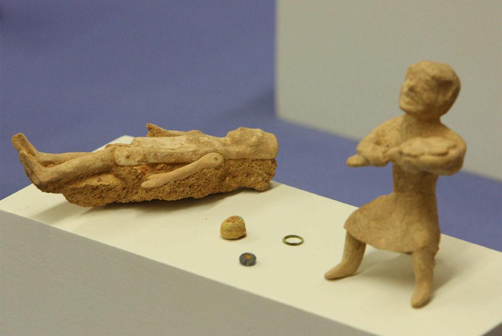 El curioso juguete que reproduce a un panadero (a la derecha) y una muñeca articulada